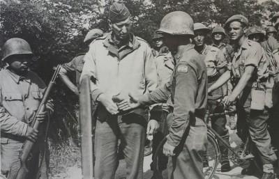 Il Generale Clark ,comandante della V armata, nelle vicinanze di Grosseto (Foto Archivio ISGREC)