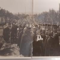 Inaugurazione del Monumento ai caduti del Parco della Rimembranza di Sorano. Sulla sinistra si riconosce il parroco Monsignor Tavani e alla sua destra probabilmente Arturo Romboli (o, secondo alcuni, Odoardo Poggi, primo podestà del comune di Sorano, squadrista e amministratore della Contessa Piccolomini-Sereni).