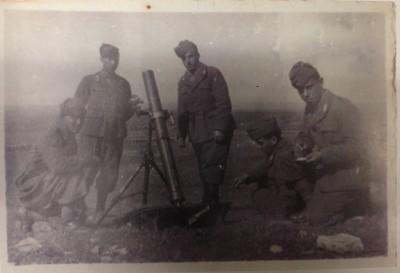 A destra, con alcuni commilitoni, Alberto Paoli